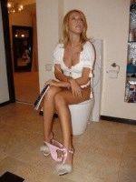 Ксения Собчак в туалете сидит на утиназе спустив трусики