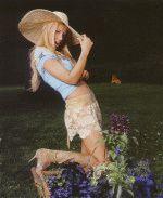 Ксения Собчак в шляпе и сексуальной короткой юбке