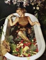 богиня Ксения Собчак принимает ванну с цветами