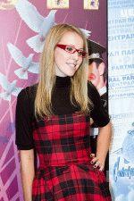 Ксения Собчак в очках и клетчатом платье