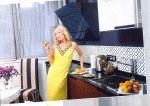 Собчак на кухне в желтом открытом платье готовит еду