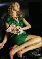 Собчак в зеленом коротком платье показывает свои красивые длинные ноги