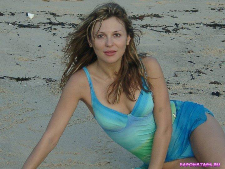 полуобнаженная Лариса Черникова на пляже