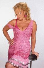 Лариса Долина в розовом откровенном платье