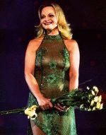 сексуальная Лариса Долина в зеленом прозрачном платье на сцене
