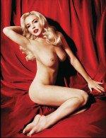 полностью обнаженная Линдсей Лохан в эротическом журнале на красном фоне