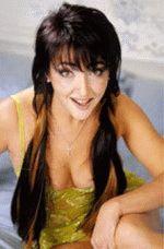 Лолита Милявская в глубоком декольте улыбается