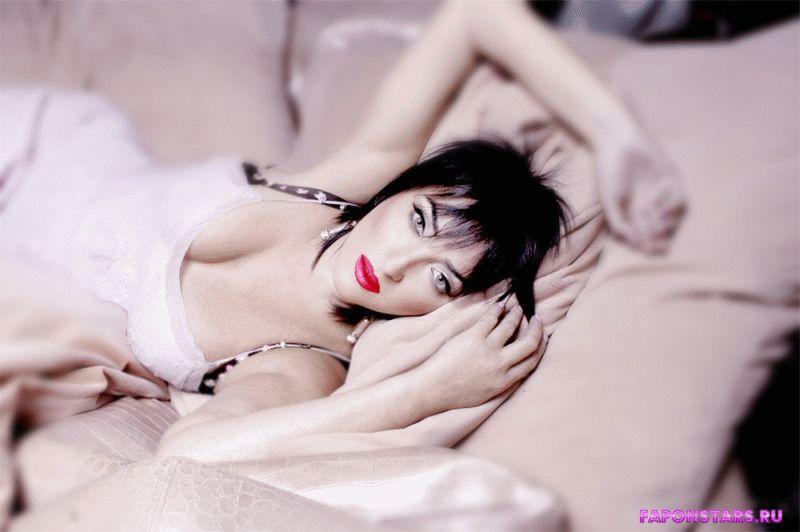 бестыжая Лолита лежит на диване полуобнаженная в декольте