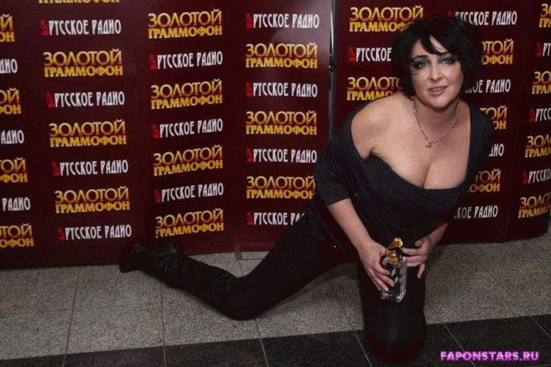 сексапильная Лолита демонстрирует свой глубокий вырез на платье