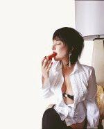 Лолита с обнаженной грудью ест арбуз