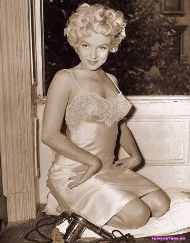 Marilyn Monroe / Мэрилин Монро в откровенном наряде