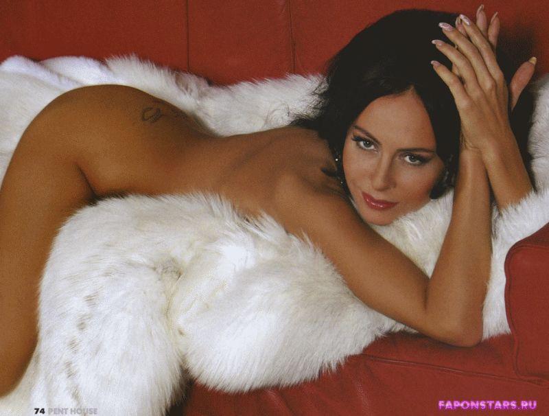 обнаженная Марина Хлебникова на белом пуху лежит голая