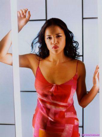 полуобнаженная Мишель Родригес в красном платье с глубоким вырезом