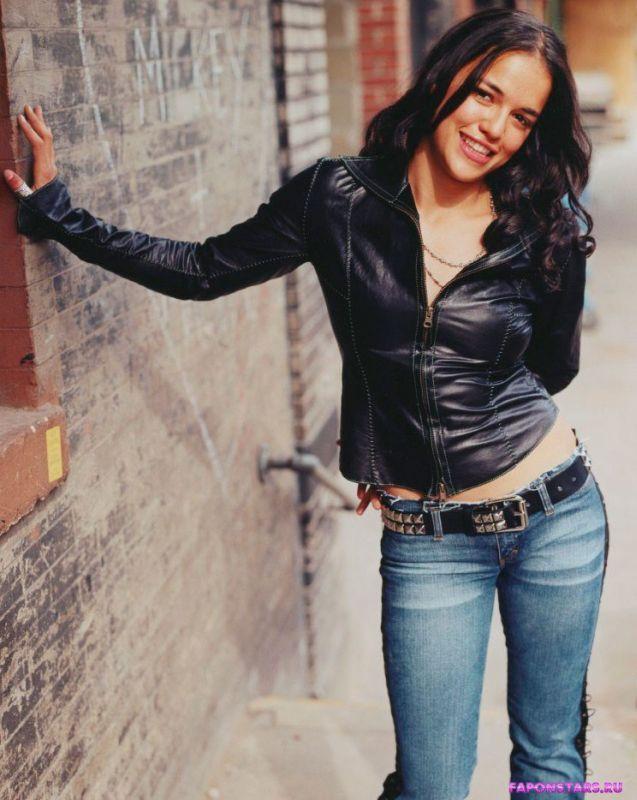 Сексуальная Мишель Родригес в джинсах и куртке