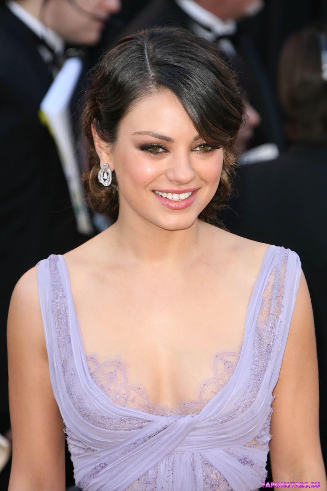 открытое платье Милы Кунис с глубоким вырезом декольте, подчеркивает ее красивую полуголую грудь
