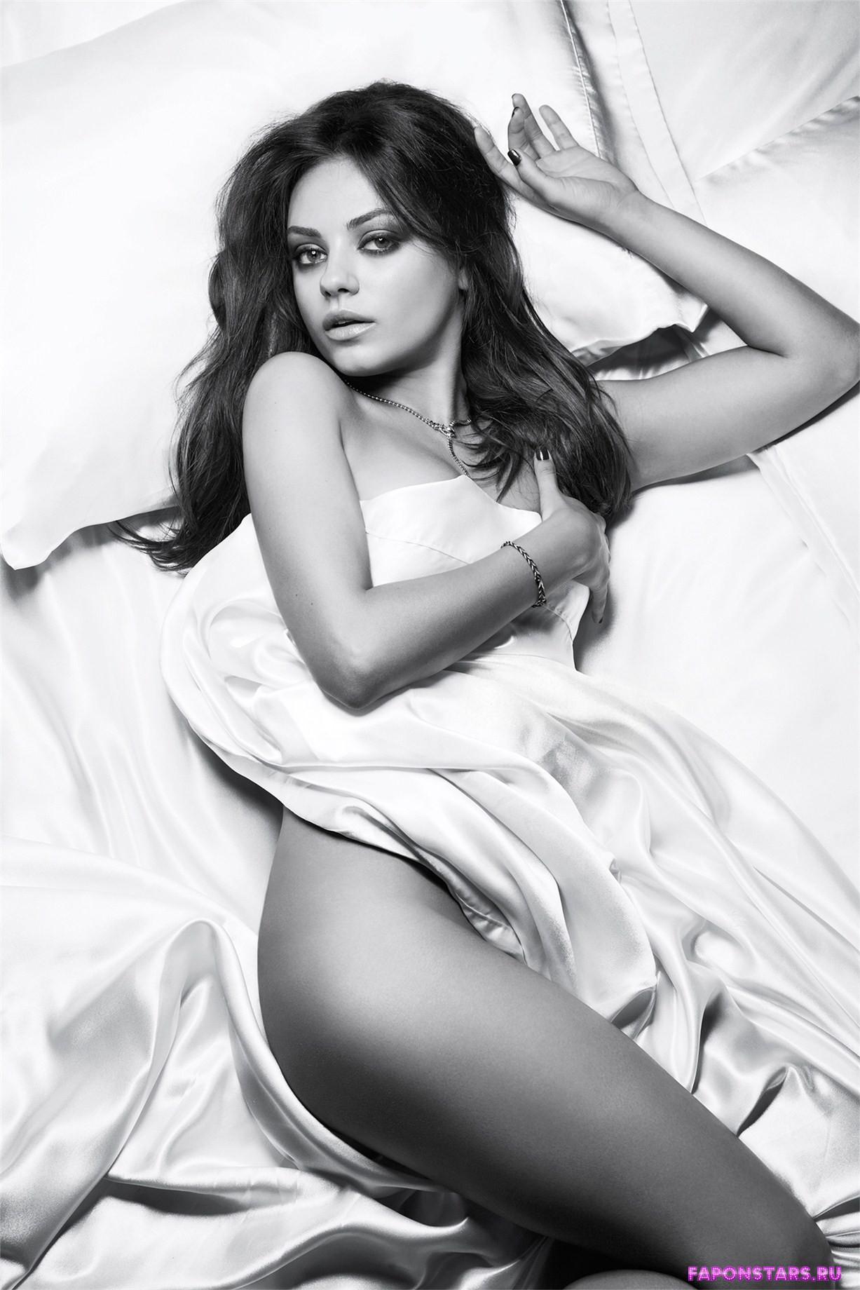 полностью голая Мила Кунис прикрылась одеялом лежа на кровати
