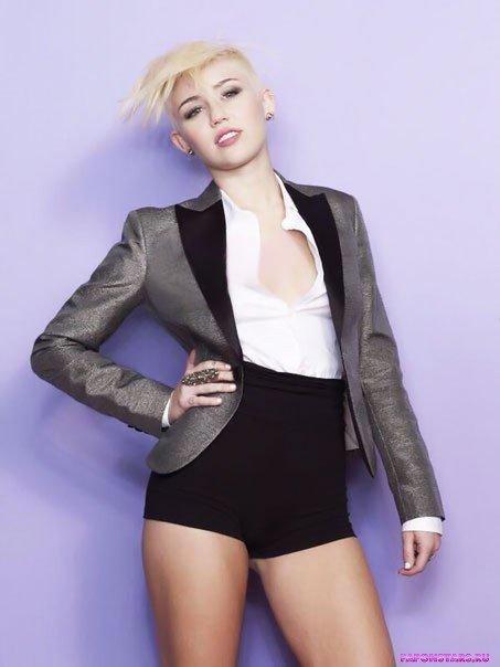 Miley Cyrus / Майли Сайрус улыбается и позирует на камеру