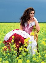 Настя Каменскихв пышном платье в поле с цветами