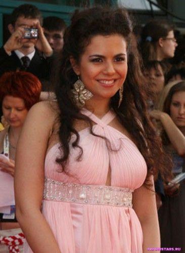 Настя Каменских на красной дорожке в розовом платье с вырезом