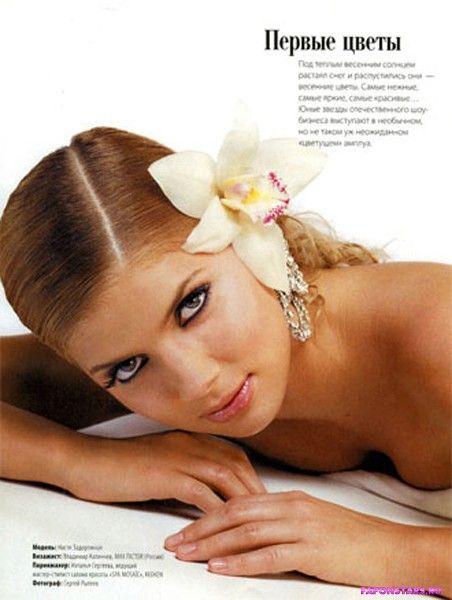 прекрасная красавица Настя Каменских с цветком на голове