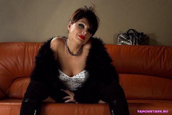 Бочкарева сидит на диване в сексапильной позе