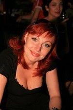 шикарная грудь Натальи Бочкаревой выпирает из глубокого декольте платья