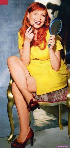 сексуальная Наталья Бочкарева в желтом плаще