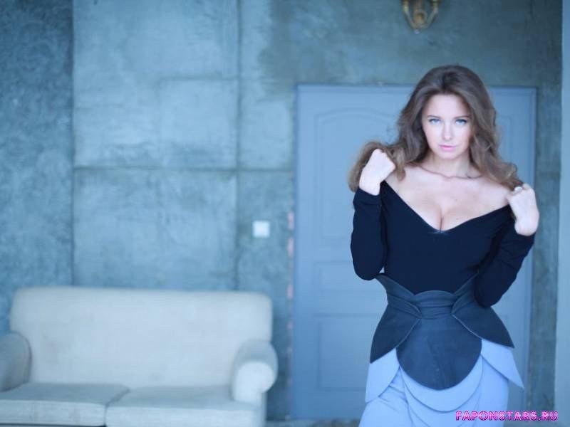 Наталья Костенева раздевается обнажая свою шикарную грудь