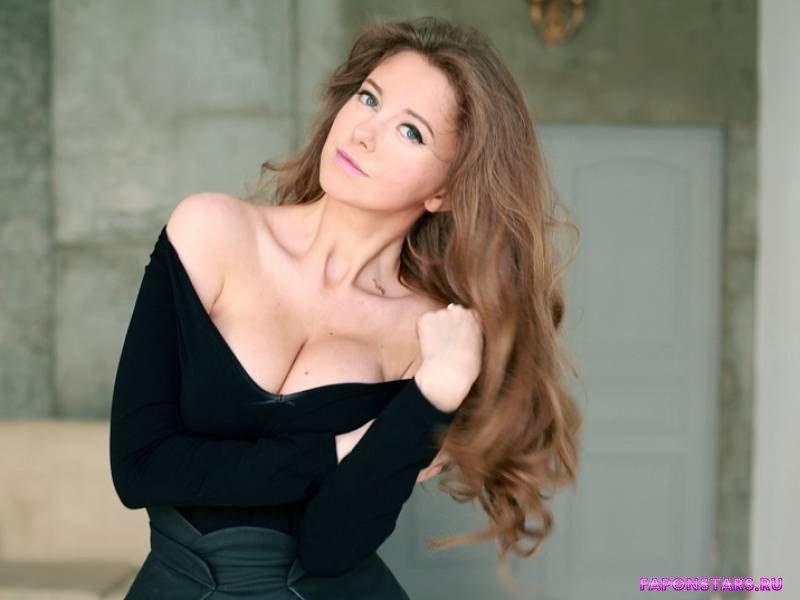 глубокое декольте Натальи Костеневой выгодно подчеркивает ее полуголую грудь