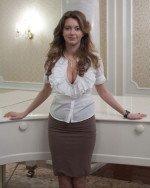Глубокий вырез декольте Натальи Костеневой обнажает ее большую грудь