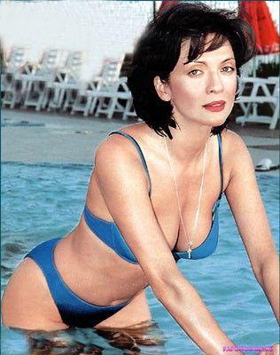 Ольга Дроздова голая в купальнике вылезает из воды