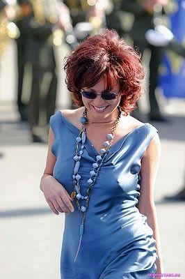 Ольга Дроздова в синем облегающем платье
