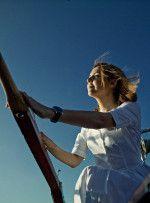 Ольга Шелест в белом платье смотри в даль