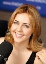 Ольга Шелест смеется и улыбается