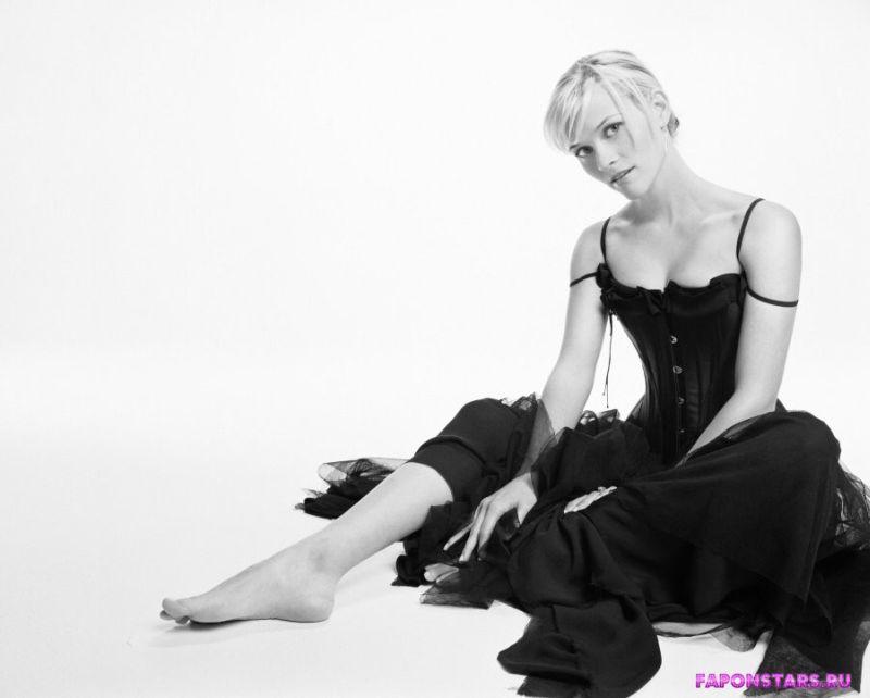 Reese Witherspoon / Риз Уизерспун улыбается и позирует на камеру