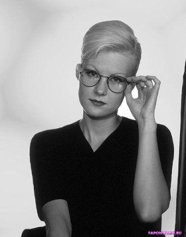 Рената Литвинова поправляет очки