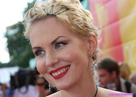 Рената Литвинова улыбается