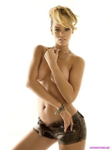голая Рианна прикрывает грудь руками в эротической фотосессии