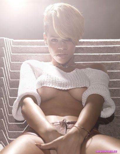 голая Рианна показывает грудь для эротического журнала