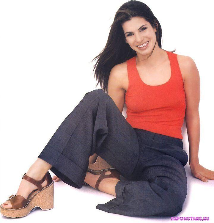 молодая Сандра Буллок в джинсах и красной облегающей майке