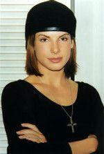 Сандра Буллок в черной кепке