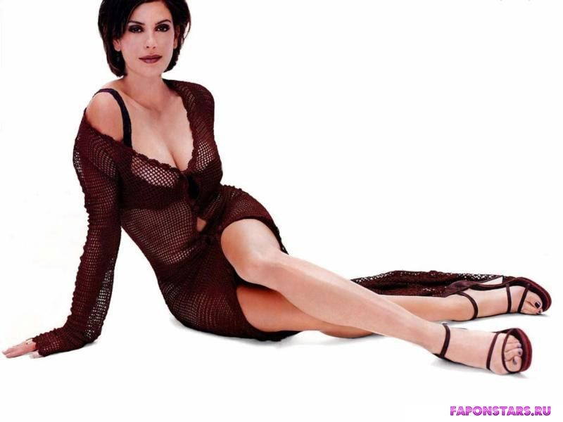 Сандра Буллок в эротической позе в платье с глубоким вырезом