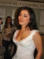 красавица Сати в очаровательном белом платье с глубоким декольте