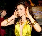 Сати Казанова в золотом открытом вечернем платье полуголая с декольте