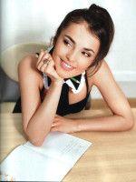 Сати Казанова за партой молодая улыбается