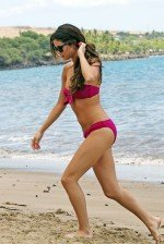 голая Селена Гомес на пляже в купальнике
