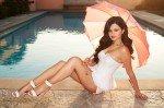 полуголая Селена Гомес у бассейна с зонтиком