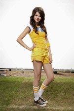 молодая Селена Гомес в желтом платье