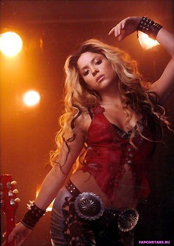 Shakira / Шакира улыбается и позирует на камеру