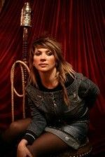 Светлана Назаренко сидит на диване